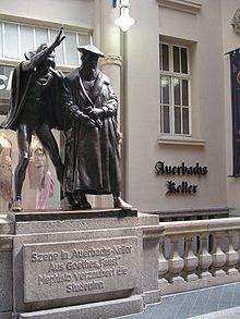 Περιγραφή: Το άγαλμα του Μεφιστοφελή γητεύοντας τους σπουδαστές του Φάουστ